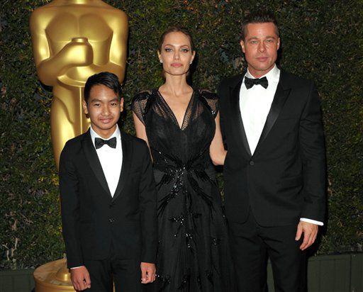 Maddox Jolie-Pitt, Angelina Jolie y Brad Pitt asisten a los Governors Awards en Los Angeles. /AP