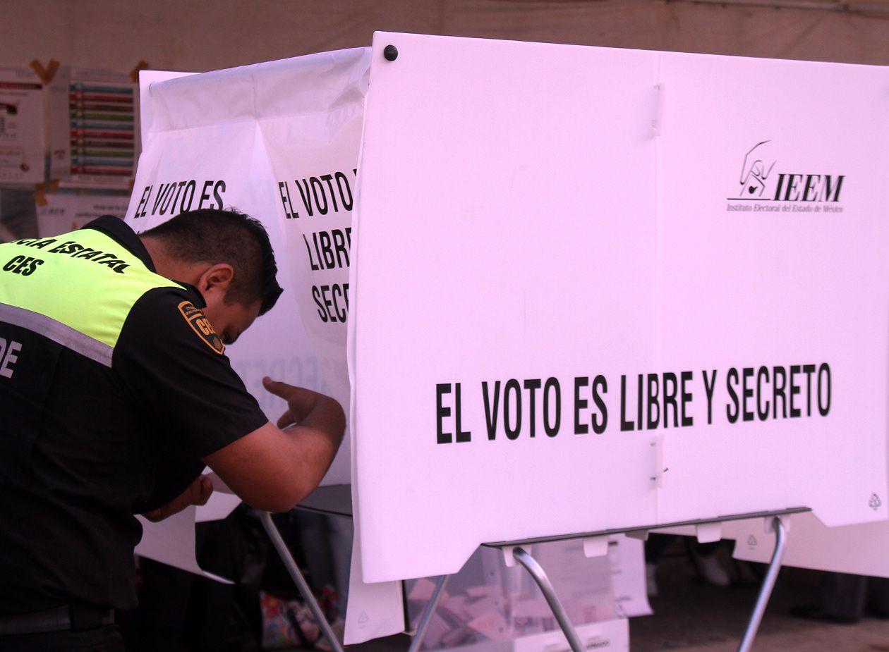 Un ciudadano vota en la elección de 2017 en la Ciudad de México. AGENCIA REFORMA