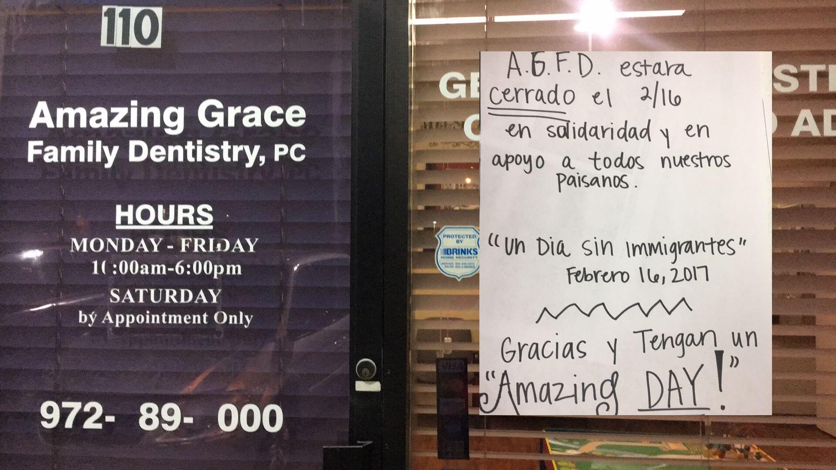 EL consultorio dental Amazing Grace Family Dentistry de Dallas desplegó este cartelón en la entrada de su oficina, con el anuncio de cierre de actividades este jueves. CORTESIA