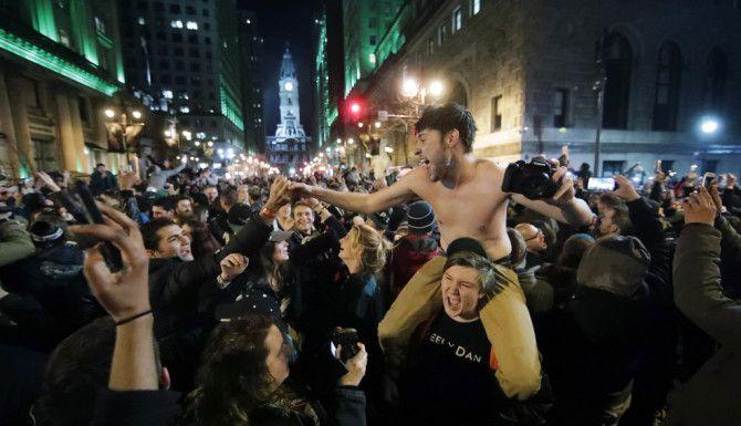 Fans de los Eagles de Filadelfia llenaron las calles de la ciudad para celebrar la victoria en el Super Bowl. Foto AP