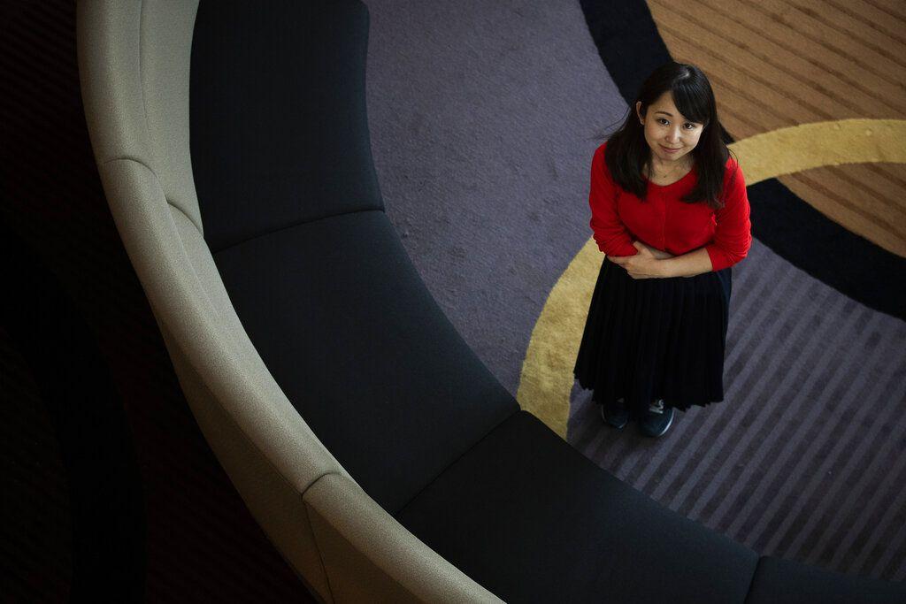 Yumi Ishikawa, activista japonesa en contra de obligar a las mujeres a llevar zapatos de tacón a sus sitios de trabajo. Foto tomada en Tokio el 5 de junio del 2019. (AP Photo/Jae C. Hong)