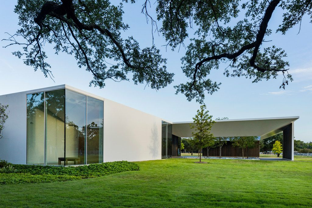 North Elevation looking toward West Courtyard of the Louisa Stude Sarofim Building housing the Menil Drawing Institute, at the Menil Collection in Houston, Texas. Johnston Marklee, architects; Michael Van Valkenburgh Associates, landscape architects