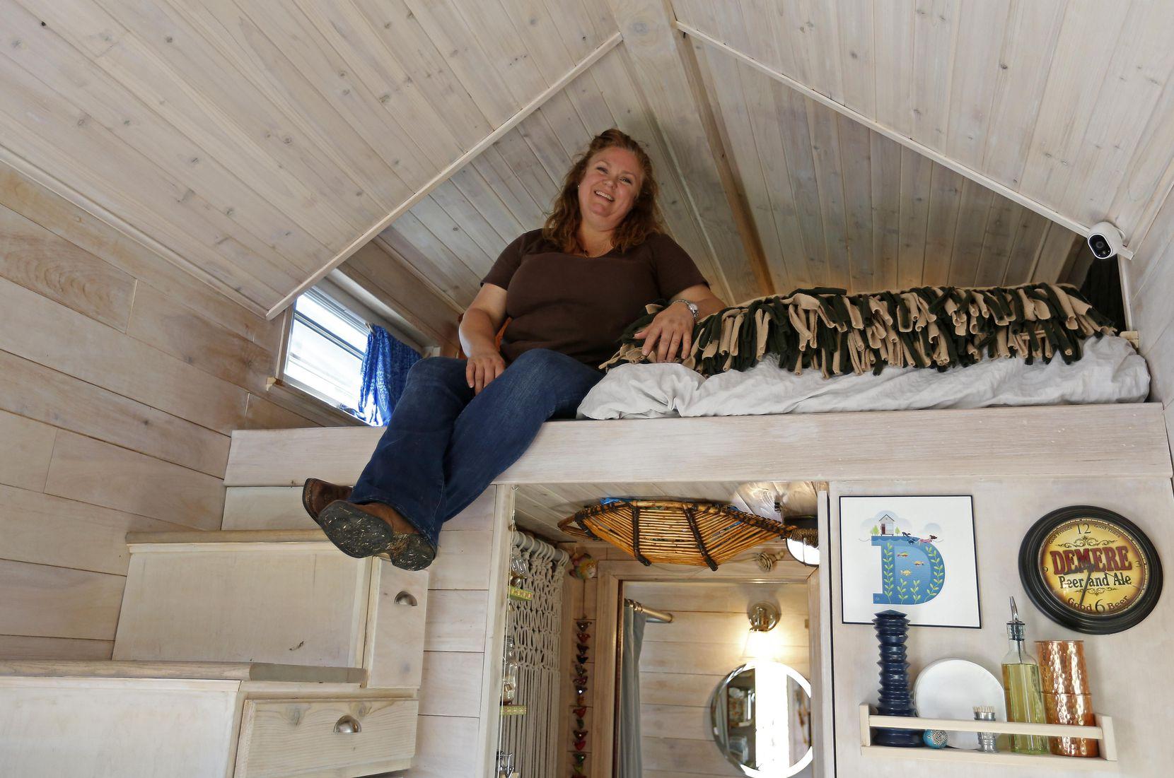 Demere O'Dell al interior de su microcasa en Blue Ridge, Texas. DMN
