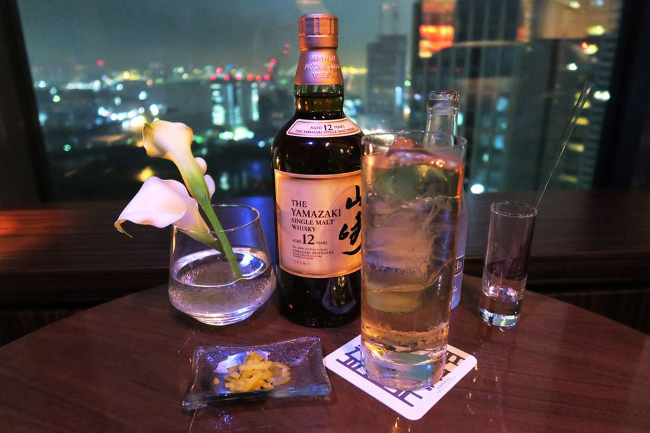 At TwentyEight, the stylish 28th-floor bar at the posh Conrad Tokyo, highballs are served with grated lemon rind, which you can add to your liking to enhance the drink's aromatic effect.