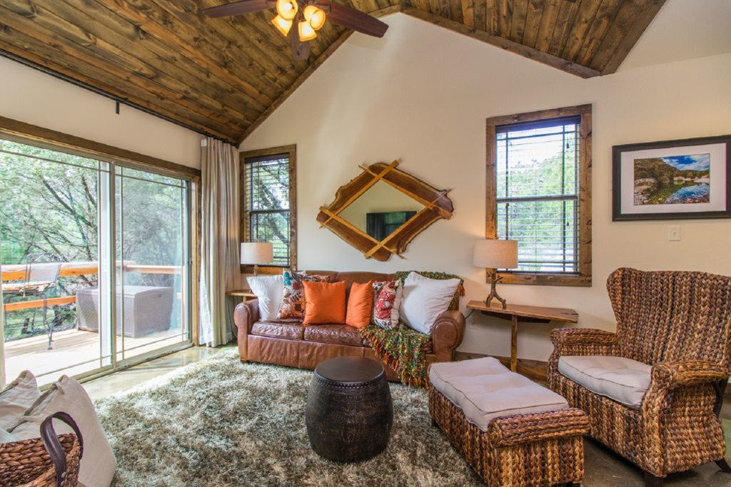 A look at the Fawn Creek on Canyon Lake listing on VRBO.