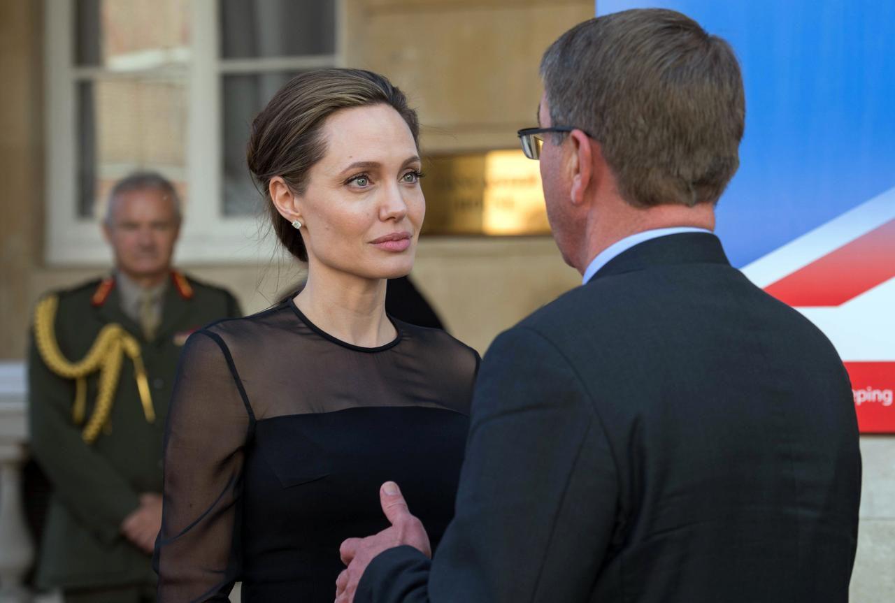 Angelina Jolie en una de sus fotos más recientes, del 8 de septiembre en Londres, conversando con el secretario de defensa de Estados Unidos Ash Carter. (AP/Stefan Rousseau)