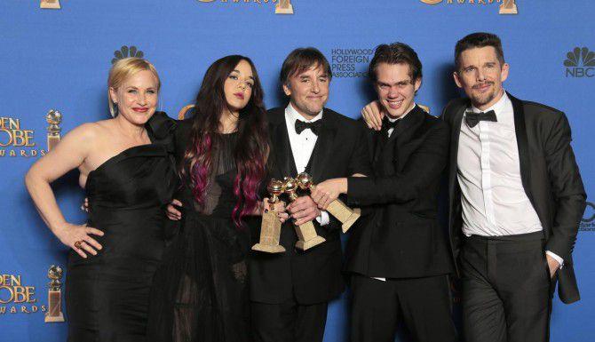"""Richard Linklater (director) y el elenco de """"Boyhood"""" tras recibir el Globo de Oro a mejor cinta dramática. (LA TIMES/LAWRENCE K. HO)"""