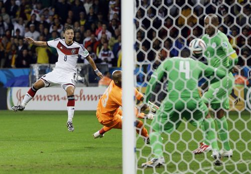 Mesut Ozil se retira de la selección de Alemania por racismo. (AP Photo/Kirsty Wigglesworth) 07012014xSPORTS
