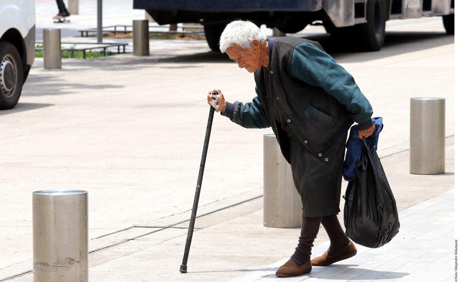 Aditamentos como los bastones, andaderas y sillas de ruedas son esenciales para prevenir caídas, pero no cualquier auxiliar de la marcha se adapta a las condiciones de cada adulto mayor. (AGENCIA REFORMA)