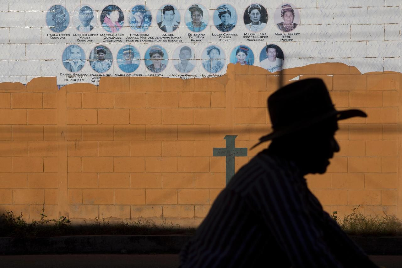 Ha sido difícil garantizar justicia para las víctimas por los abusos ocurridos durante la guerra civil en Guatemala. Muchos militares, acusados de ordenar o llevar a cabo masacres, todavía están libres. (AP/MOISÉS CASTILLO)