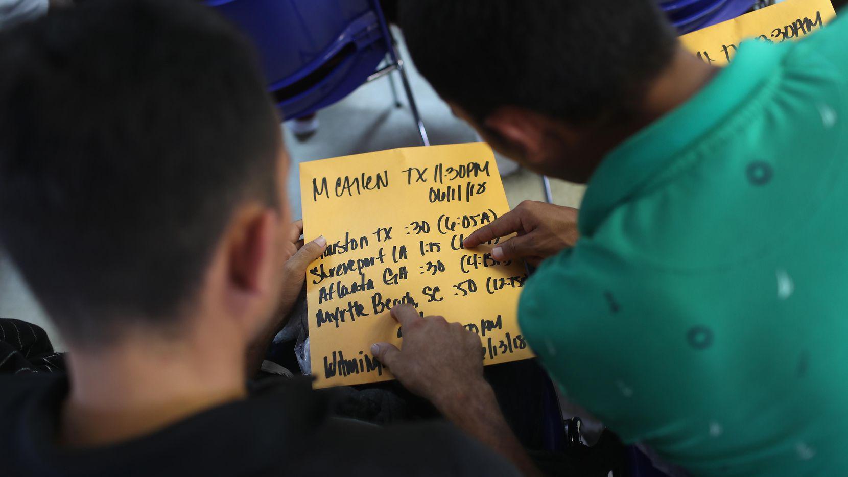 Familias centroamericanas en un centro de refugio de Catholic Charities de McAllen vertifican las rutas de autobuses.(GETTY IMAGES)