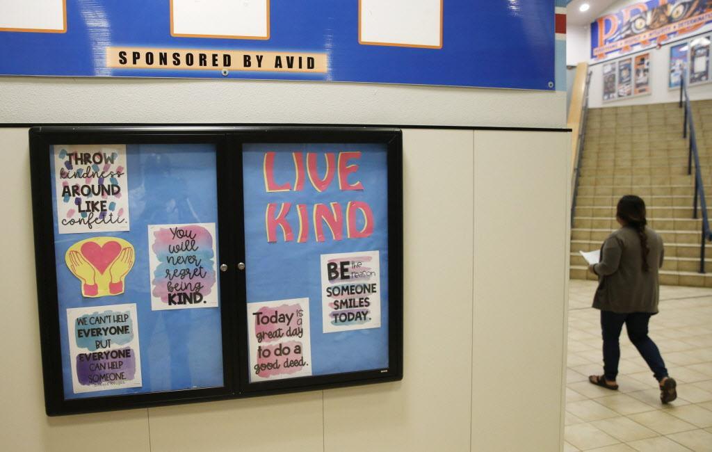 """""""Vive la amabilidad"""", dice uno de los letreros de la secundaria Scott Johnson en McKinney. VERNON BRYANT/DMN"""