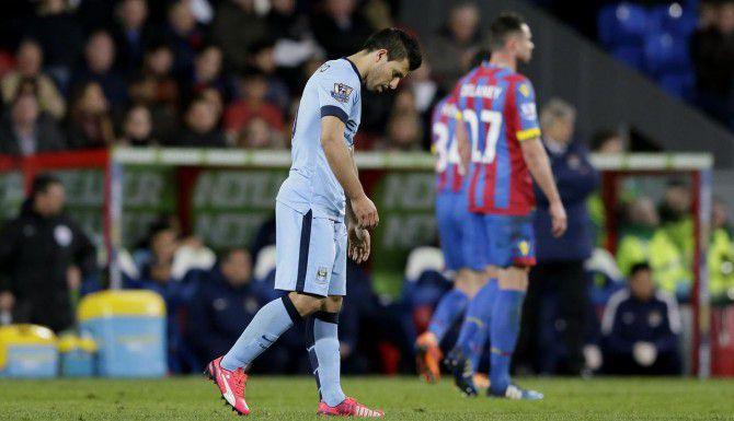 Sergio Agüero se retira cabizbajo tras la derrota del Manchester City ante el Crystal Palace. (AP/TIM IRELAND)