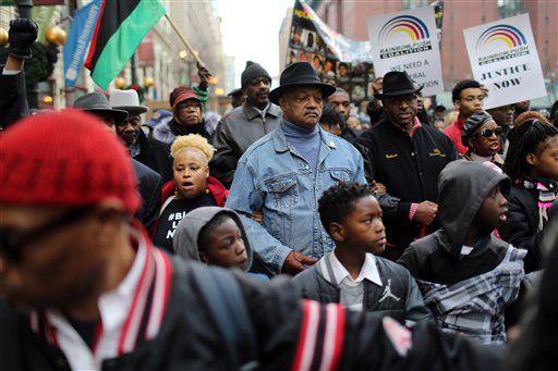 El reverendo Jesse Jackson con su Coalición Rainbow PUSH protestan en Chicago el 6 de diciembre del 2015 por la muerte de Laquan McDonald. / AP
