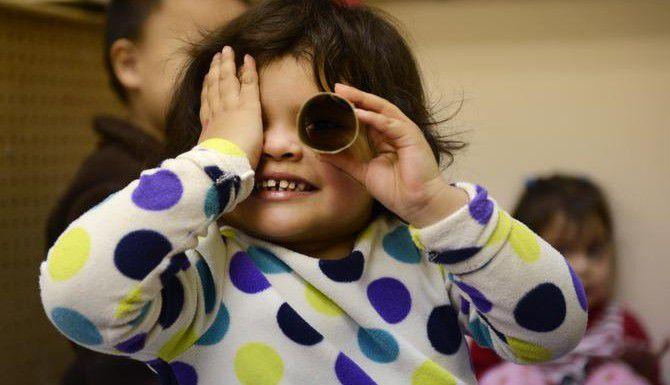 Kassia Díaz, de 3 años, participa en una actividad del programa de prekínder en la primaria Burnet de Dallas. (DMN/ROSE BACA)