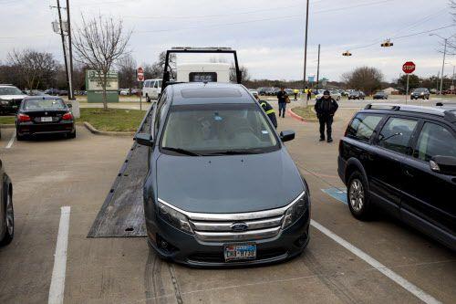 Un Ford Fusion azul a nombre del concejal Kevin Felder, fue incautado por la policía mientras los concejales estaban reunidos.