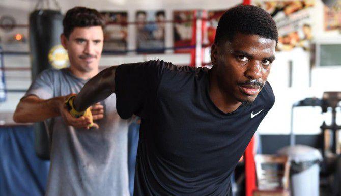 """Maurice """"Mighty Mo"""" Hooker junto a su entrenador Vincent Parra previo a la pelea contra el mexicano Eduardo Galindo el viernes en Dallas. (THE UNDERCARD/STACEY VERBEEK)"""