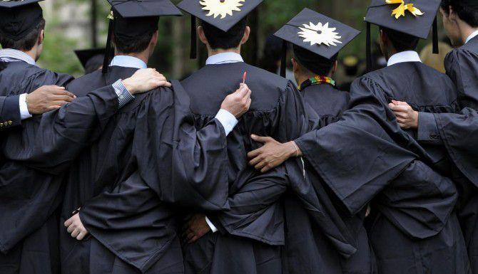 Unos egresados celebran su graduación.  Casi la mitad de los nuevos inmigrantes tienen estudios universitarios.  (AP/ARCHIVO)