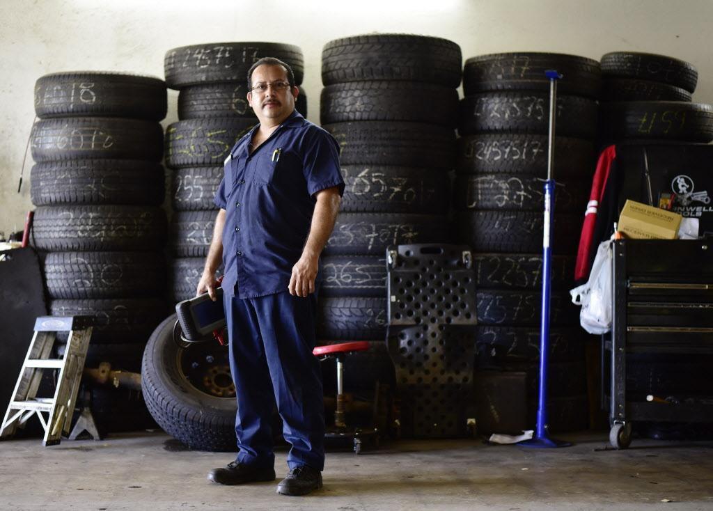 Joaquín Godínez en su mecánica en el sureste de Dallas. (ESPECIAL PARA AL DÍA/BEN TORRES)