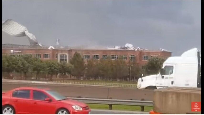 Un posible tornedo causó daños al techo de un edificio en Fort Worth/ FOTO TOMADA DE YOUTUBE