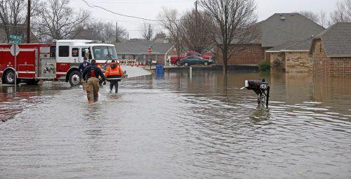 Los bomberos de Rockwall ayudaron a evacuar familias a orillas de Lakeside Drive. JAE S. LEE/DMN