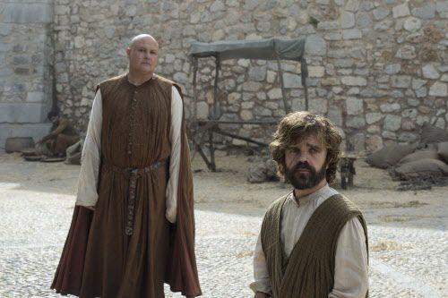 Lord Varis yTyrion Lannister tienen la misión de administrar un pueblo en plena rebeldía. HBO