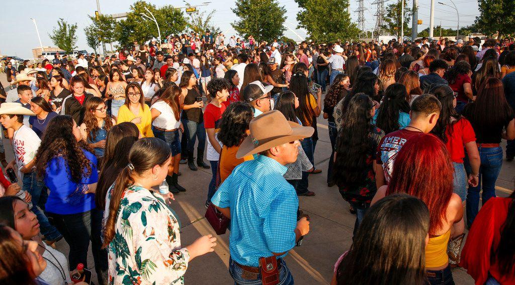Jóvenes de Dallas bailan en el segundo  Huapango Fest Block Party en el Félix Lozada Gateway, junto al puente peatonal Ronald Kirk el viernes 5 de julio.