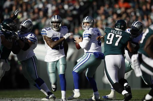 Tony Romo jugó unos minutos en el partido de los Cowboys en Filadelfia el domingo. Foto AP