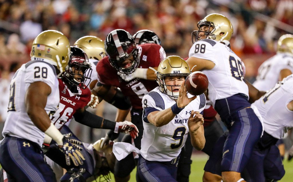 Navy quarterback Zach Abey (9) pitches to running back Josh Brown (28) against Temple in the first quarter on Thursday, Nov. 2, 2017, at Lincoln Financial Field in Philadelphia. (Yong Kim/Philadelphia Daily News/TNS)