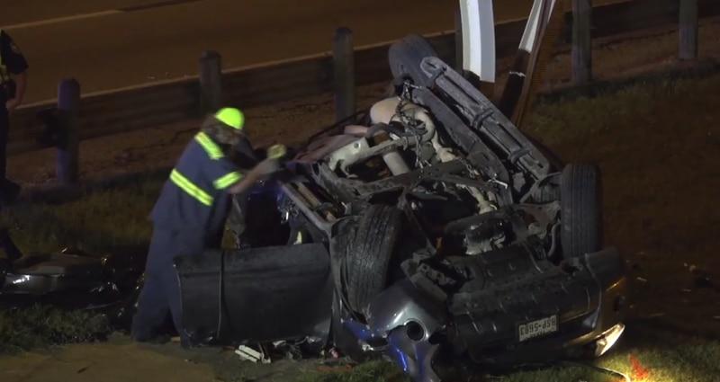 La conductora del vehículo falleció y la estructura de una señalización se vino abajo.