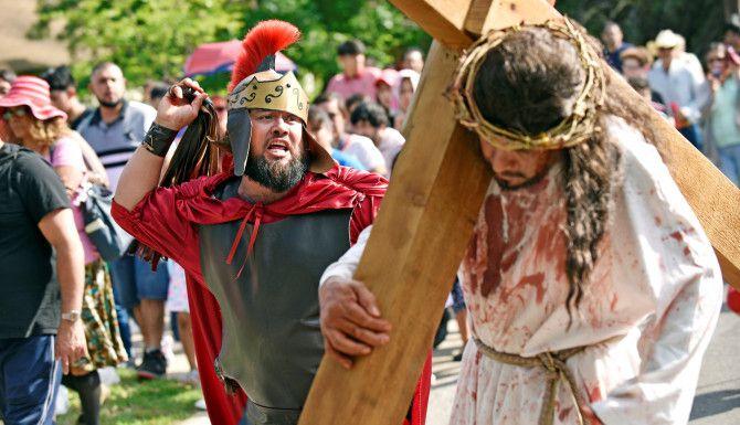 Luis Manuel Rosas (der.)  representa a un soldado romano que azota a Jesucristo durante el Viacrucis de la parroquia St. Bernard of Clairvaux de Dallas. BEN TORRES/ ESPECIAL PARA AL DIA