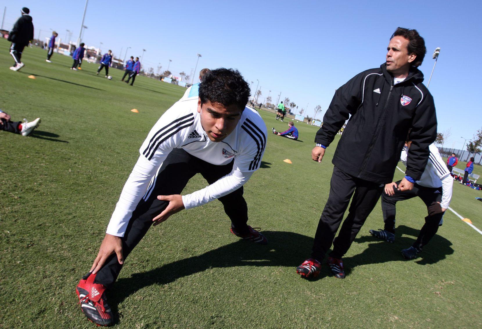 Foto de archivo de Al Día de 2008, con Óscar Pareja trabajando con la academia del FC Dallas.