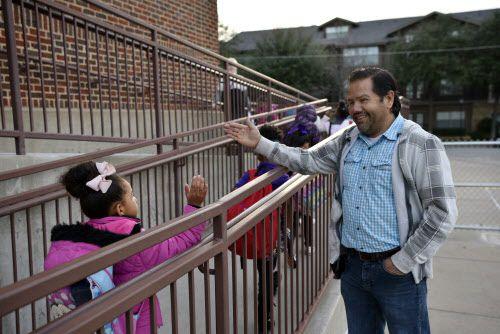 Los Medina ofrecen la tranquilidad de ver un rostro familiar cada mañana, señalan administradores de Solar Prep.