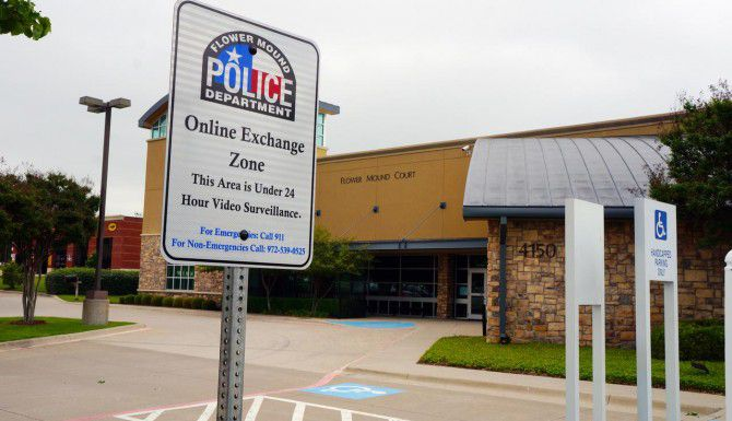 El Departamento de Policía de Flower Mound es uno de varios que han establecido áreas vigiladas para que los ciudadanos entreguen mercancía ofertada por internet. (DMN/ARCHIVO)