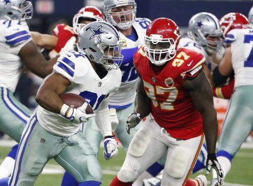 Ezekiel Elliott anotó un touchdown en el triunfo de los Dallas Cowboys sobre los Chiefs de Kansas City el domingo. Foto AP