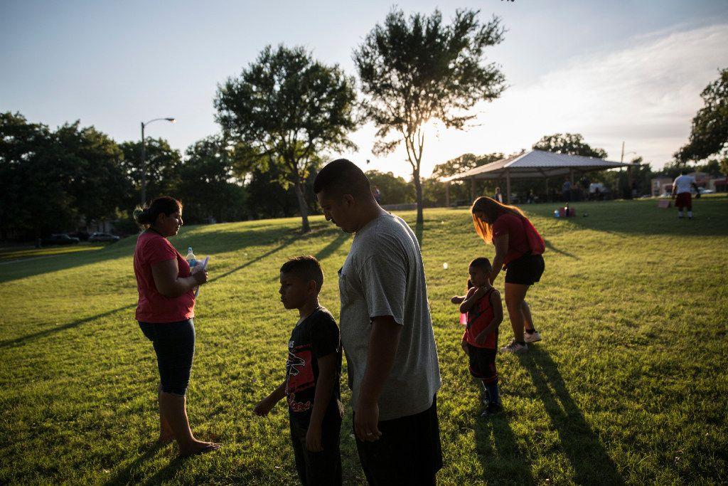 Una familia hispana se reúne en Fort Worth. (AP)