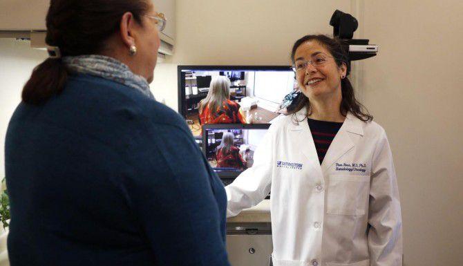 La doctora Theo Ross (der.), del Centro Médico de UT Southwestern, habla con Linda Mansky, sobreviviente de cáncer. (DMN/ROSE BACA)