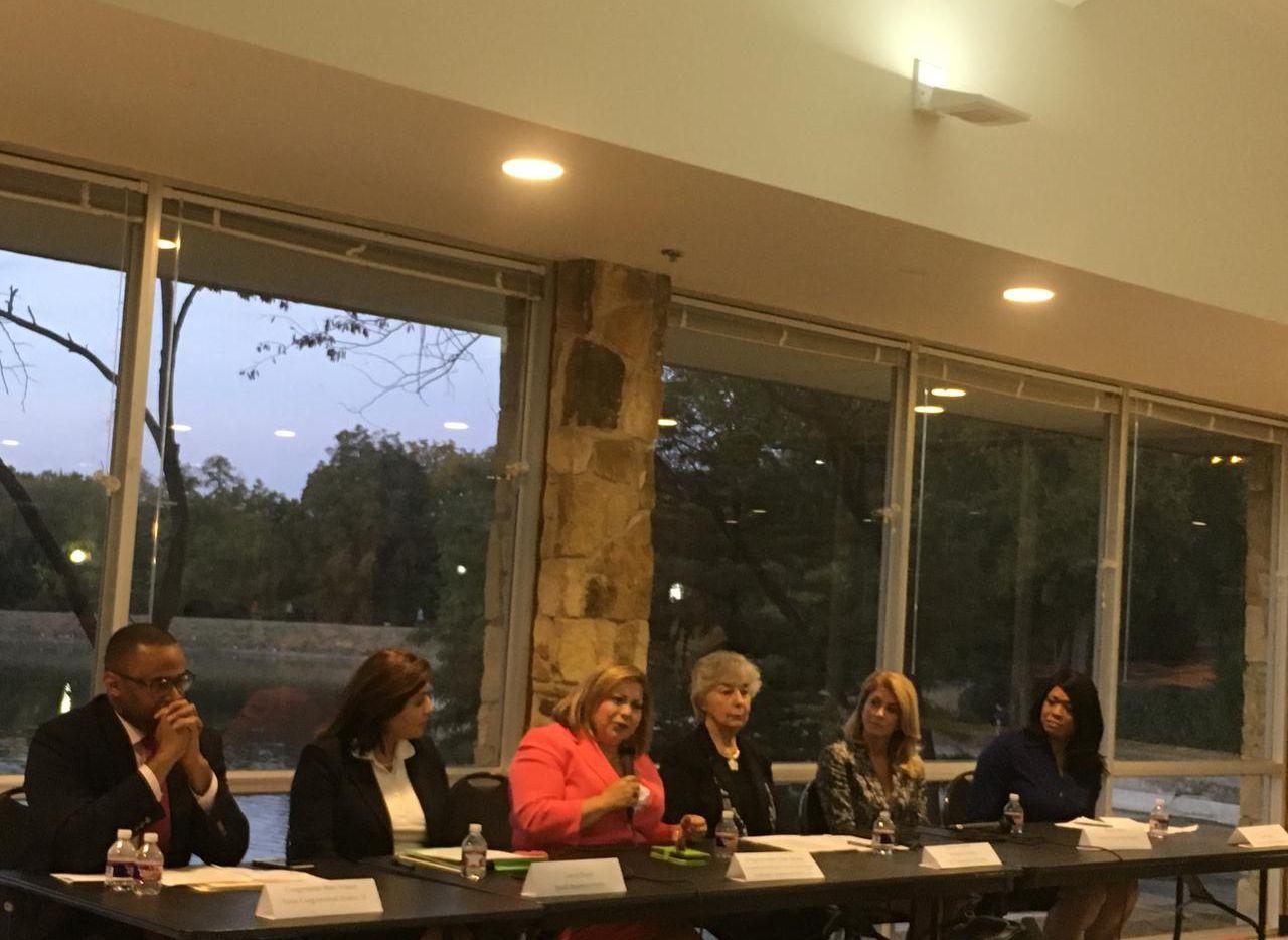 La empresaria Leticia Reyes, la congresista Linda Sánchez, Dolores Bischof, de la Oficina de la Mujer del Departamento de Trabajo de Estados Unidos, la ex senadora estatal Wendy Davis y la asistente legal Sunja Smith participaron en la conferencia de la mujer el lunes. (AL DÍA/KARINA RAMÍREZ)