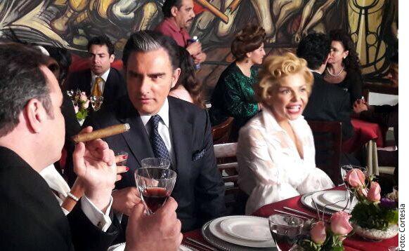 En la serie Silvia: Frente a Ti, que se estrena el 24 de febrero, se conocerá la historia de amor entre Silvia Pinal (blanco) y Emilio Azcárraga Milmo (centro izq.), presidente de Televisa./ AGENCIA REFORMA
