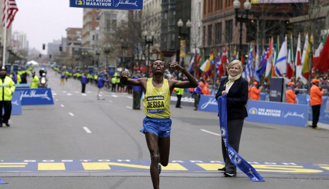 Lelisa Desisa, of Ethiopia, cruza la línea de meta tras dos horas, nueve minutos y 17 segundos en Boston. (AP/CHARLES KRUPA)