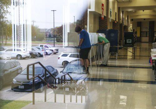 En la primaria Lee, en Grand Prairie, varios electores sufragan en la jornada electoral del martes. CARLY GERACI/DMN