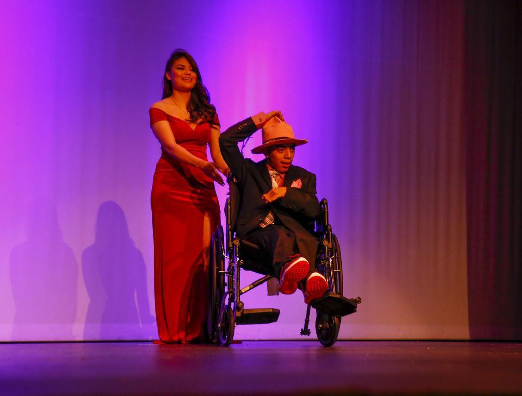 Aaron Osorio desfila junto a Jazmine Valdez durante el show de modas en la preparatoria Thomas Jefferson. BRIAN ELLEDGE/DMN