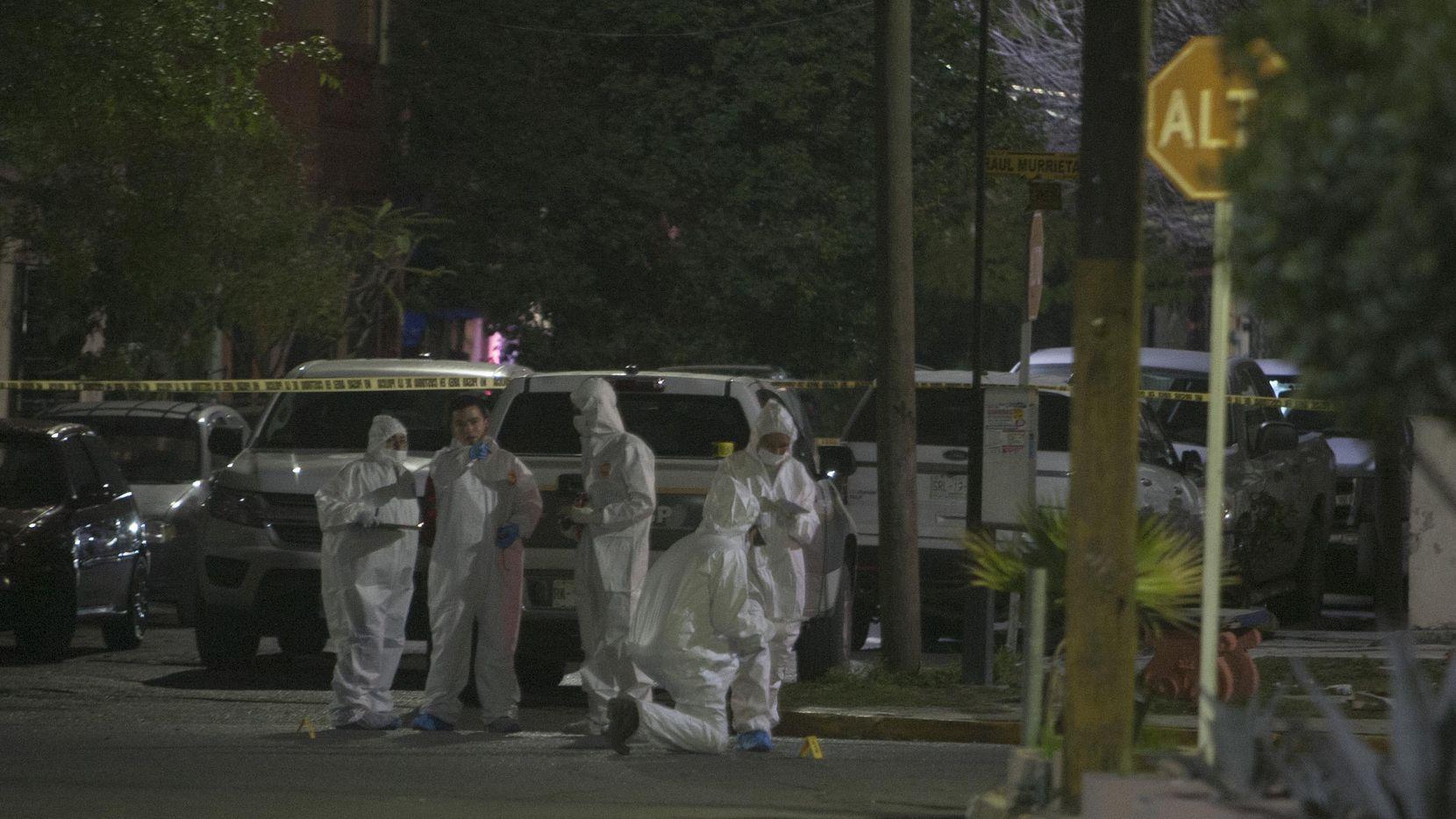 Personal del médico forense de Nuevo León reconoce la zona donde nueve personas murieron acribilladas por un grupo armado. (GETTY IMAGES/JULIO CESAR AGUILAR)