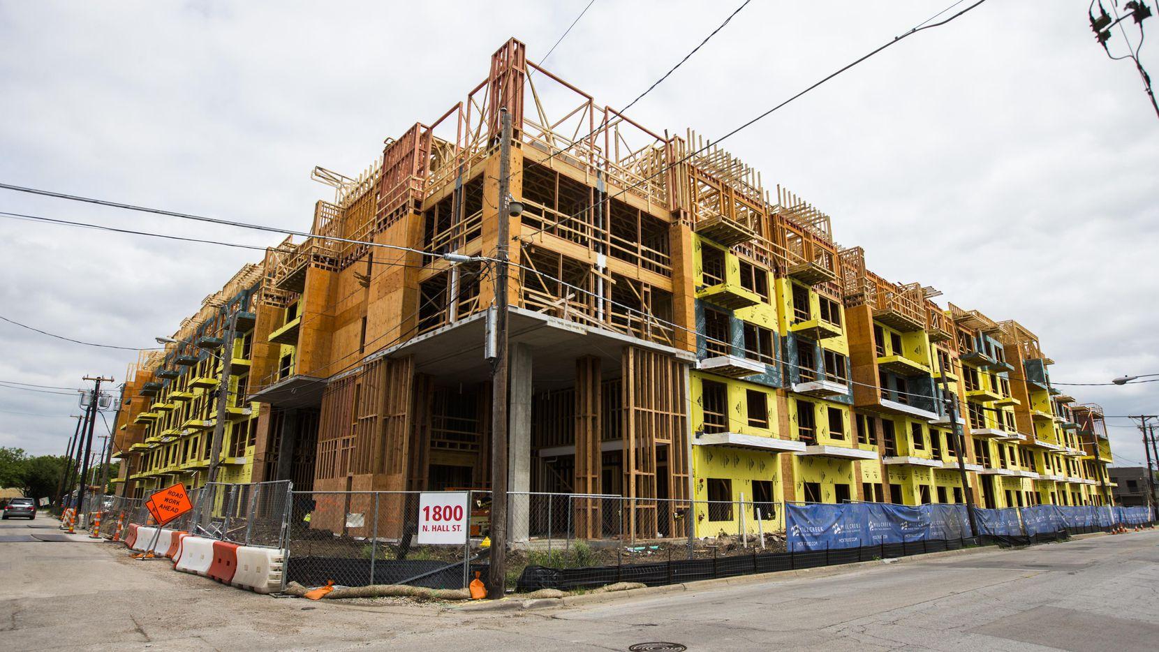 Un complejo de apartamentos en construcción en N. Hall St., en Dallas. La oferta no se da abasto con la demanda en la región. (DMN/ASHLEY LANDIS)
