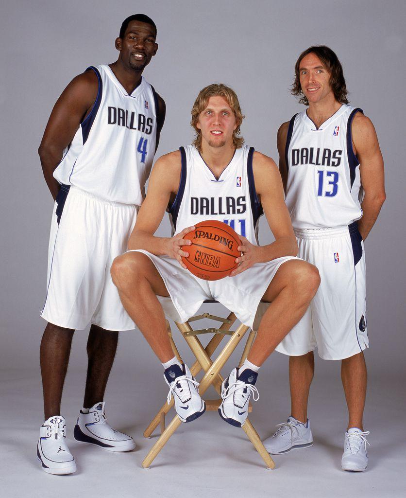 Michael Finley #4 Dirk Nowitzki # 41 y Steve Nash #13 en 2003 (Glenn James/NBAE via Getty Images)