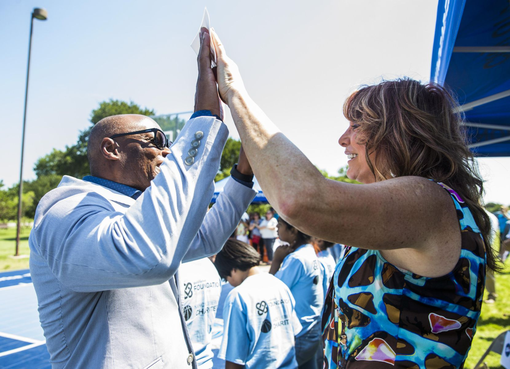 El ex jefe de policía David Brown saluda a la ex basquetbolista Nancy Lieberman, quien donó canchas de basquetbol en Oak Cliff. ASHLEY LANDIS/DMN