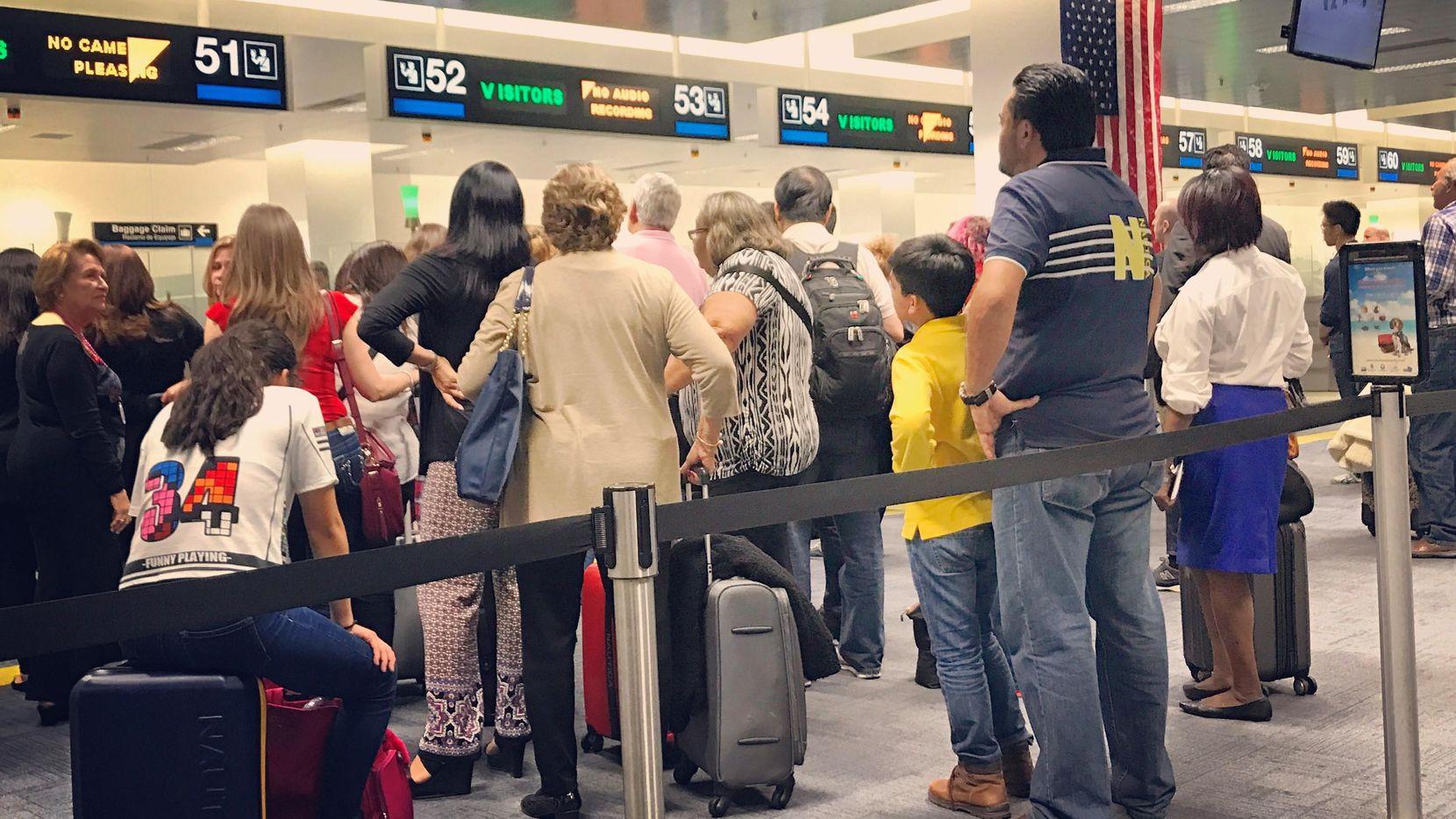 Una fila de visitantes en la sección de Aduanas en el Aeropuerto Internacional de Miami.(Getty Images)