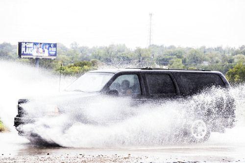 Una camioneta pasa por la anegada Jefferson Boulevard en Oak Cliff en un lunes frío y lluvioso. CARLY GERACI/DMN