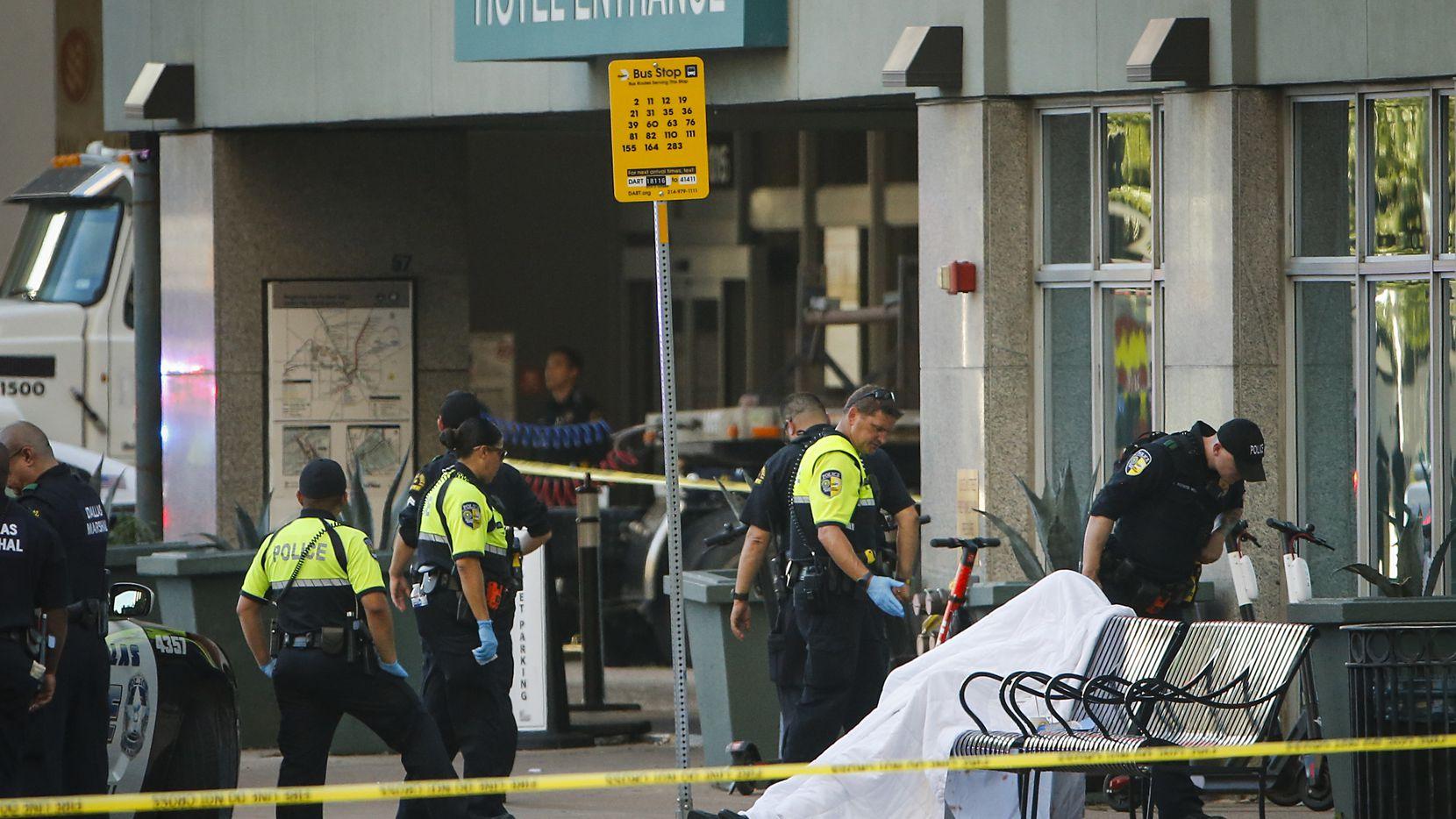 Agentes de DART acudieron a la escena donde una persona resultó muerta en un tiroteo en el centro de Dallas.