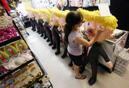Elvie y Carlos de la Fuente han estado vendiendo piñatas de Donald Trump desde que éste anunció la presidencia. Se convirtieron en la más populares de la tienda de North Oak Cliff. (Ben Torres/Especial para Al Día)
